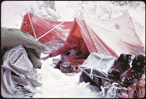 Буря в высотном лареге на горе Mt. Seattle (Аляска). Первовосхождение Фреда Бэки, 1966 год