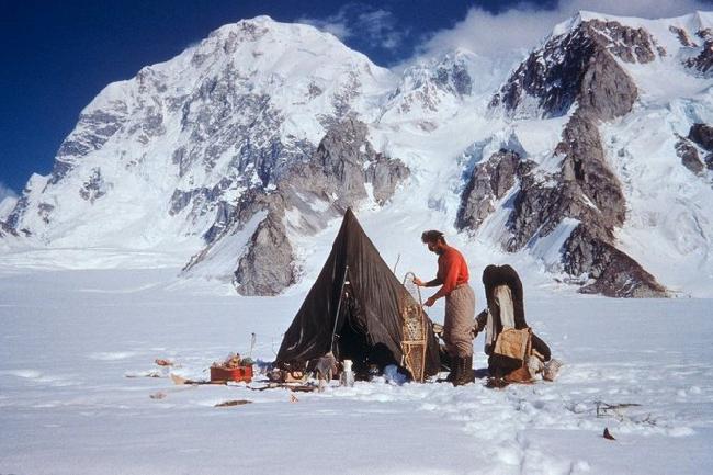 Фред Бэки  (Fred Beckey)  в палаточном базовом лагере на горе Hunter, 1954 год