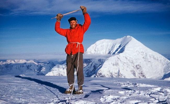 Фред Бэки  (Fred Beckey)  на вершине горы  Hunter, 1954 год