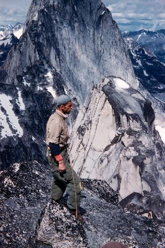 Фред Бэки  (Fred Beckey)  на вершине Snowpatch Spire, горная система Bugaboo, Британская Колумбия, первовосхождение по Восточному склону с Hank Mather, 1954 год