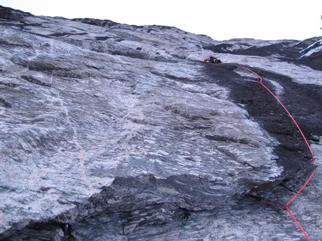 "Andy Kirkpatrick (Энди Кирпатрик) идет первым номером на маршруте ""Suser Gjennom Harryland"" (A3 6 650м) на Стене Троллей (Troll Wall) в Норвегии."