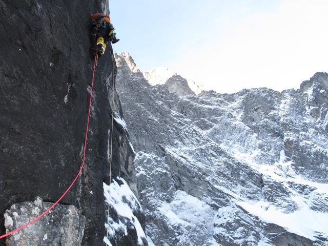 "Andy Kirkpatrick (Энди Кирпатрик) идет первым номером на маршруте ""Suser Gjennom Harryland"" (A3 6 650м) на Стене Троллей (Troll Wall) в Норвегии"