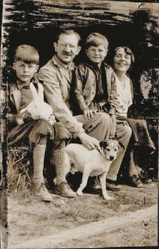 Семья Фреда: Слева направо: Фред Бэки, д-р Клаус Г. Бэки (отец), Хелми (брат), Марта-Мария (мать) и собака Teggy. 1930 год
