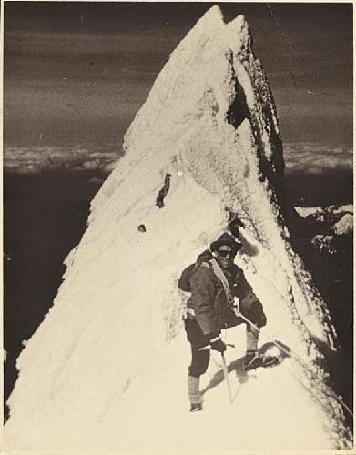 Leo Scheiblehner на  хребте Yocum Ridge вершины Mt. Hood при первом покорении вместе с Фредом Бэкли в 1959 году