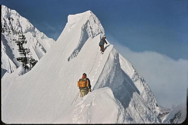 Heinrich Harrer (лидер), Henry Meybohm (идет следом), и Fred Beckey при первом покорении вершины Mt. Deborah в 1954 году. Аляска. Фото: Fred Beckey