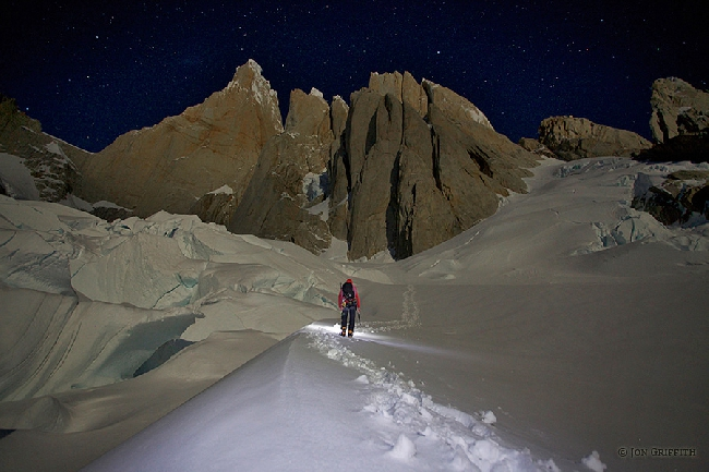 Джон Гриффит (Jon Griffith): Прогулки под полной луной в Серро Торре (Cerro Torre) в Патагонии