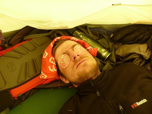 промежуточный второй лагерь, на отметке 6100 м