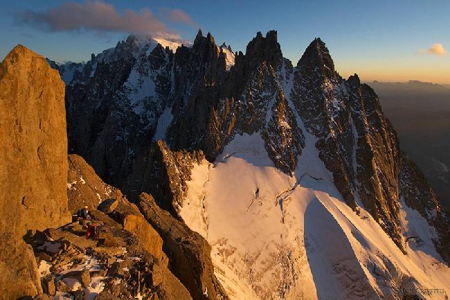 прохождение Chamonix Aiguilles. Обустройство бивуака на закате солнца за Blatiere и Mont Blanc