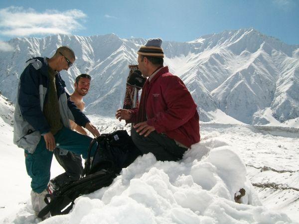 Джоэл Вишнески (Joel Wischnewski) со своим двоюродным братом и  Fida (слева) на подходах к Нанга Парбат - в области Herrligkoffer ( 30 января 2013 года