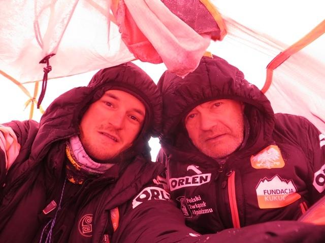Томаш Ковальский (Tomasz Kowalski) и Мачей Бербека (Maciej Berbeka) в высотном лагере Camp1 на Броуд Пик