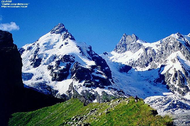 (слева) Джантуган (3991 м) и (справа) Башкара (4241 м)