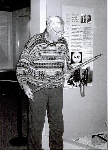 Джон Мэллори с ледорубом своего отца. На спуске после штурма вершины в 1922 году Джордж Мэллори с помощью этого ледоруба спас жизнь своих товарищей