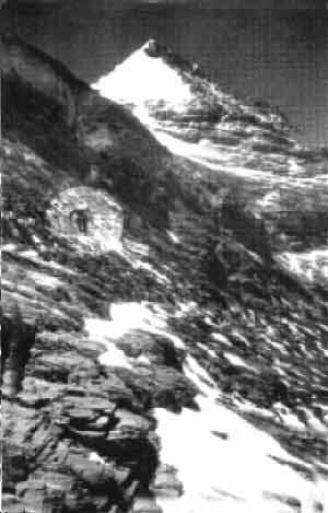 Фото Нортона идущего через Большой Кулуар. Фотографировал Somervell, ожидая его возвращения