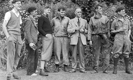 Джордж Лоу (третий слева) и Эдмунд Хиллари (второй справа) с другими членами экспедиции на Эверест в Англии в 1953 году. Фото: AP