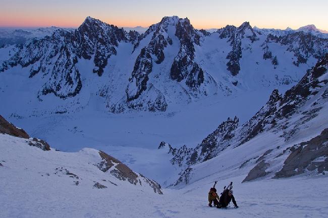 Два швейцарских альпиниста на рассвете в кулуаре Couturier Couloir