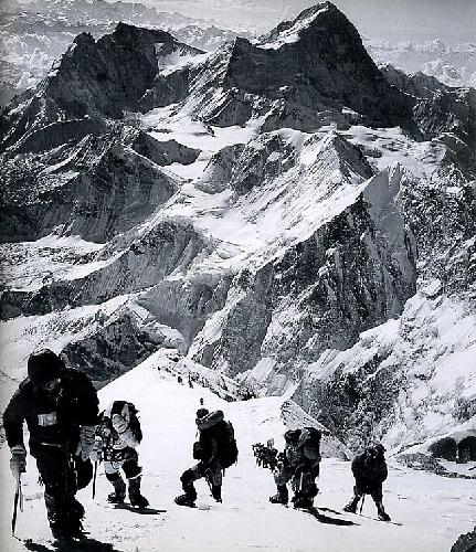 """Анатолий Букреев, Майк Грум, Джон Кракауэр, Энди Харрис, и длинный ряд альпинистов на Эвересте на Юго Восточном хребте, с Макалу позади, 10 мая 1996. Фото из книги """"Into Thin Air"""""""