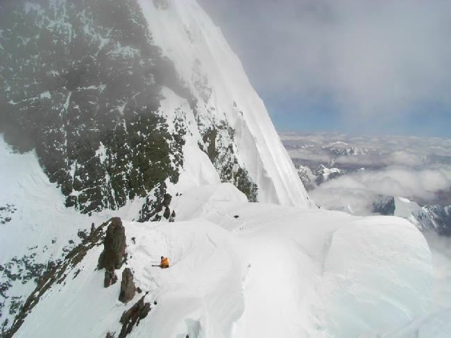 Перевал 7900м. Где то здесь остались погибшие альпинисты Мачей Бербека (Maciej Berbeka) и Томаш Ковальский (Tomasz Kowalski)