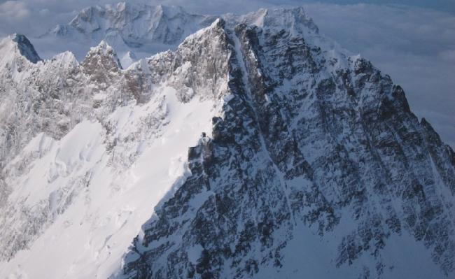 Кулуар Лхоцзе (Lhotse couloir) – на фото в тенистой стороне горы.