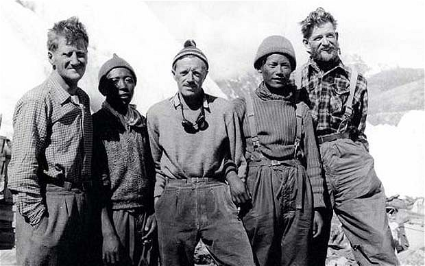 Группа экспедиции 1953 года на Эверест Слева направо: John Hunt, Da Namgyal Sherpa, Alf Gregory (фотограф), Ang Nima Sherpa и Джордж Лоу (George Lowe)