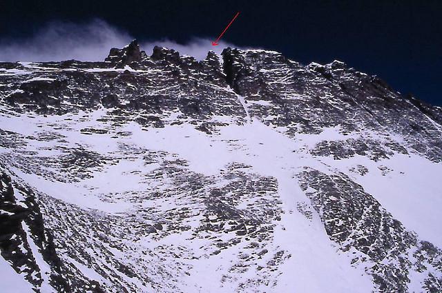 маршрут оп кулуару Лхоцзе (Lhotse couloir). Красная стрелка – вершина Лхоцзе