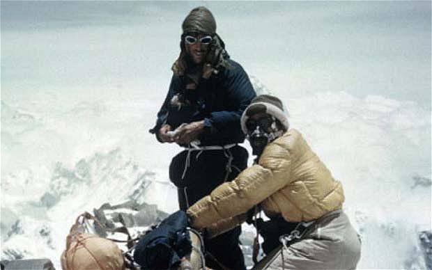 Эдмунд Хиллари и Тенцинг Норгей в сборах перед покорением Эвереста. Фото Джорджа Лоу