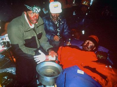 Beck Weathers (Бек Уитерз) в палатке на Эвересте после чудесного спасения