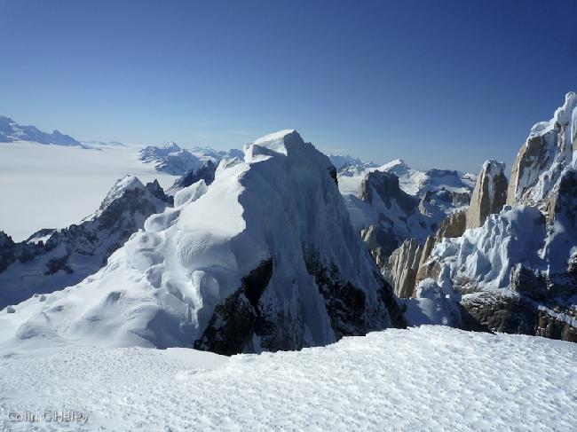 Вид на Cerro Adela Norte во время спуска с Cerro Adela Central