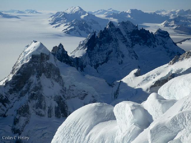 Вид на Cerro Rincon и Marconi Peaks с вершины Cerro Adela Norte