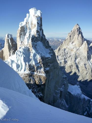 Cerro Torre и Fitz Roy с вершины Cerro Adela Norte, можно увидеть насколько крута Южная стена Cerro Torre