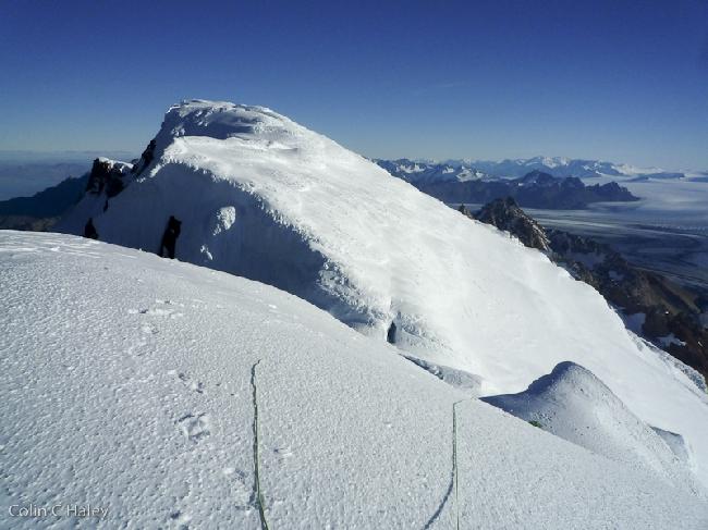 Взгляд назад на Cerro Adela Central с вершины Adela Norte