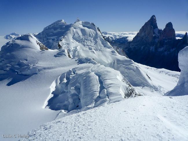 Оглядываясь на Cerro El Doblado, Cerro El Ñato и Cerro Adela Sur, с полпути по Северному гребню на Cerro Grande