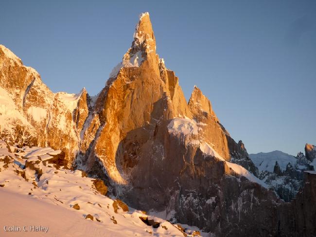 Удивительная Южная стена Cerro Torre в утреннем свете, вид с бивуака