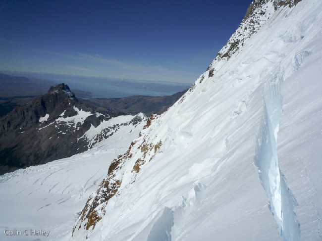 Взгляд на Юг на Cerro Solo и Lago Viedma с пол-пути на перевал Col Trento