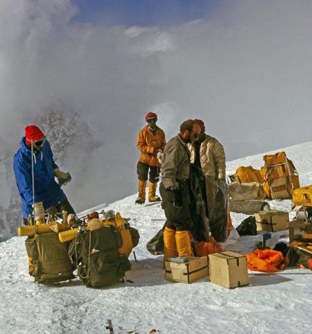 Том Хорбейн (Tom Hornbein) с группой шерпов при переноске вещей на Западный гребень