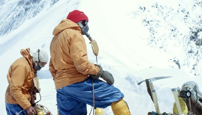Вилли Ансуэл (Willi Unsoeld) (слева) и Том Хорнбейн (Tom Hornbein) на Западном гребне Эвереста