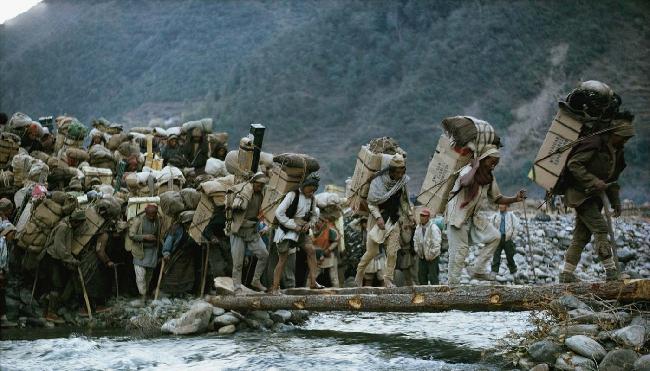 Американская экспедиция на Эверест 1963 год. Носильщикам пришлось перенести 27 тонн груза