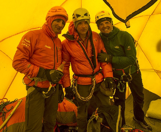 Ули Штек (Ueli Steck), Джонатан Гриффит (Jonathan Griffith) и Симоне Моро (Simone Moro) в Camp2 на Эвересте