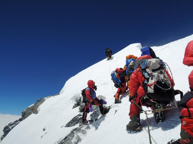 Ули Штек провешивает перила на вершину Эвереста. 2012 год