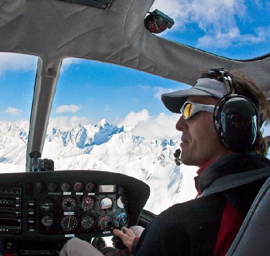 Симоне Моро за штурвалом спасательного вертолета на Эвересте. 2012 год