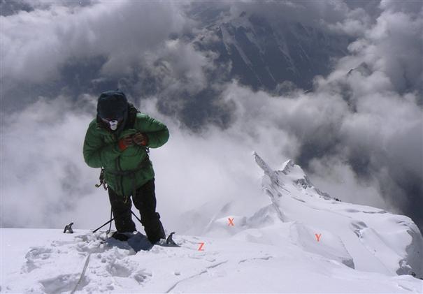 Cosmin Andron рядом с вершиной Гандарбха Чули (Ghandarbha Chuli) , позади него Западный гребень
