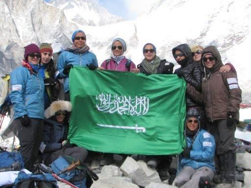 Раха Мохаррак  и команда женщин Саудовской Аравии в Базовом лагере Эвереста в 2012 году
