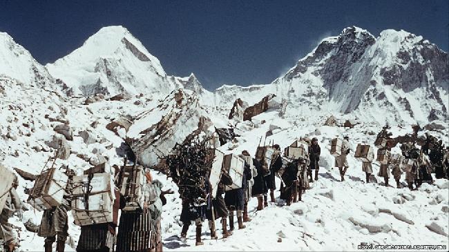 Проводники и носильщики-шерпы доставляли в базовый лагерь все необходимое. Справа от фотографа - перевал Лхо Ла. Здесь часто происходят сходы снежных лавин