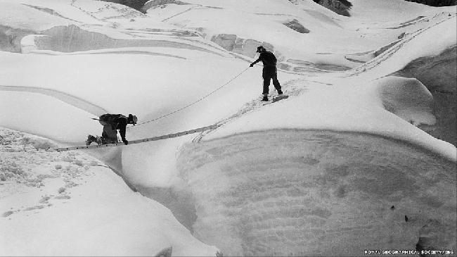 Экспедиция 1953 года была девятой альпинистской экспедицией британцев. Впервые ее целью было покорение пика Эвереста.