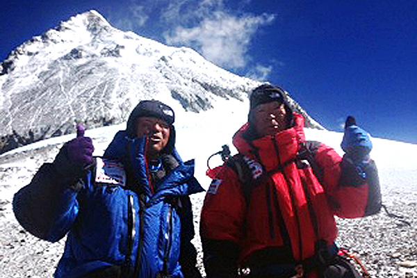 Юичиро Миура (Yuichiro Miura) - справа со своим сыном  Гота Миура (Gota Miura) перед рекордным покорением Эвереста в мае 2013 года