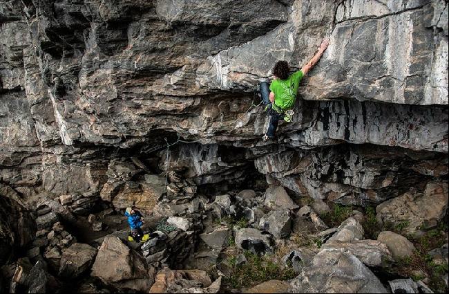 """Адам Ондра (Adam Ondra) на новом маршруте """"Illusionist"""" сложностью 9a в пещере пещере Hanshelleren в Flatanger (Норвегия). май 2013"""