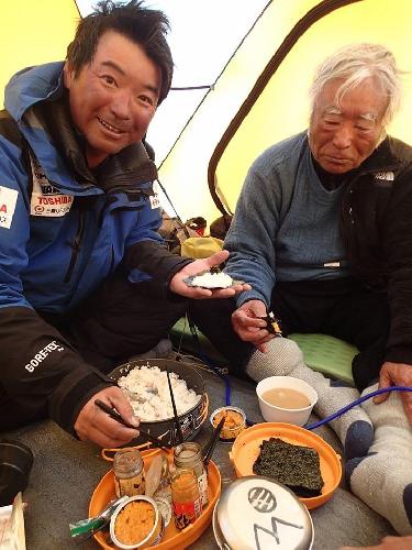 Юичиро Миура (Yuichiro Miura) в высотном лагере Camp4 на отметке в 7980 м. 21 мая 2013 года