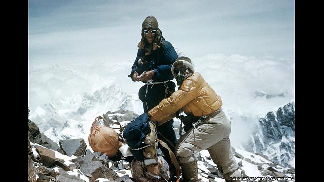 Большая часть их снаряжения была экспериментальной и создана специально для подъема. За два дня до покорения вершины другая команда альпинистов приблизилась к пику на 100 метров, но наверх так и не попала из-за неисправности кислородных масок.