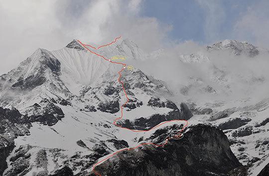 |маршрут румынской команды на вершину Гандарбха Чули (Ghandarbha Chuli) по ее Юго-Западному склону. Точками отмечены бивуаки