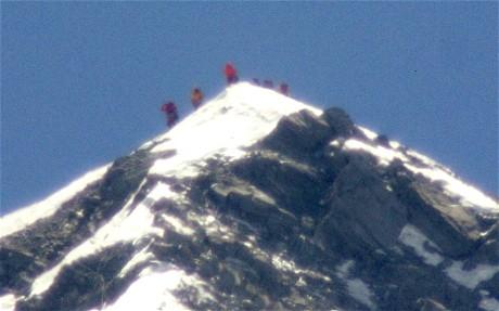 Юичиро Миура (Yuichiro Miura) с командой на вершине Эвереста. май 2013
