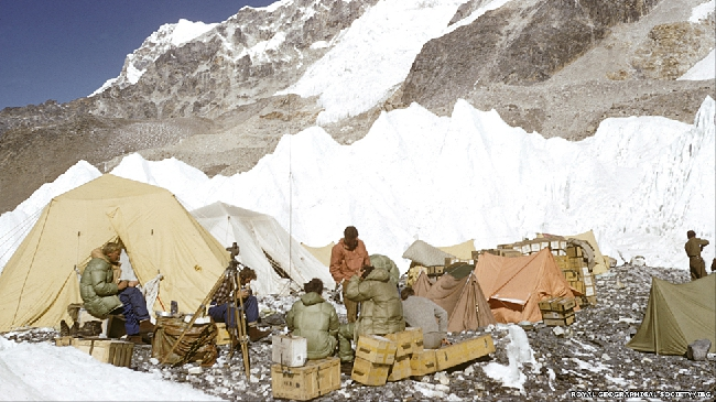 На Эвересте разбили семь лагерей с тем, чтобы альпинисты могли пройти акклиматизацию.